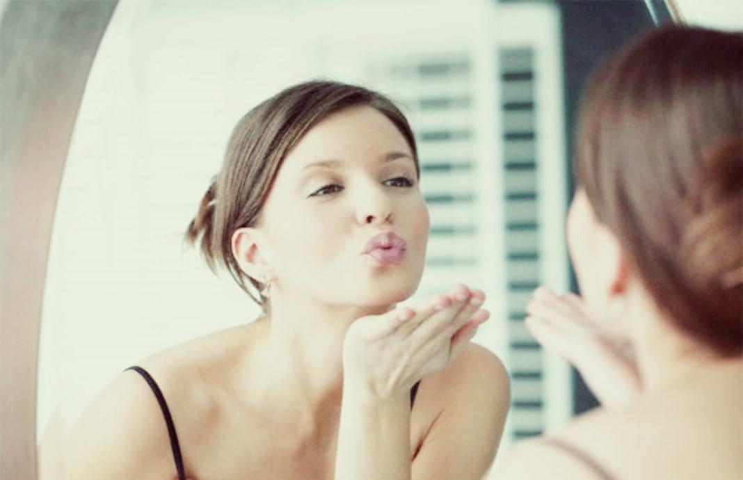 Resultado de imagem para mulher a olhar-se ao espelho