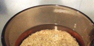 Água na panela para cozinhar arroz