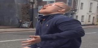 Homem come estrume