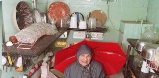 Mulher limpava a casa nua