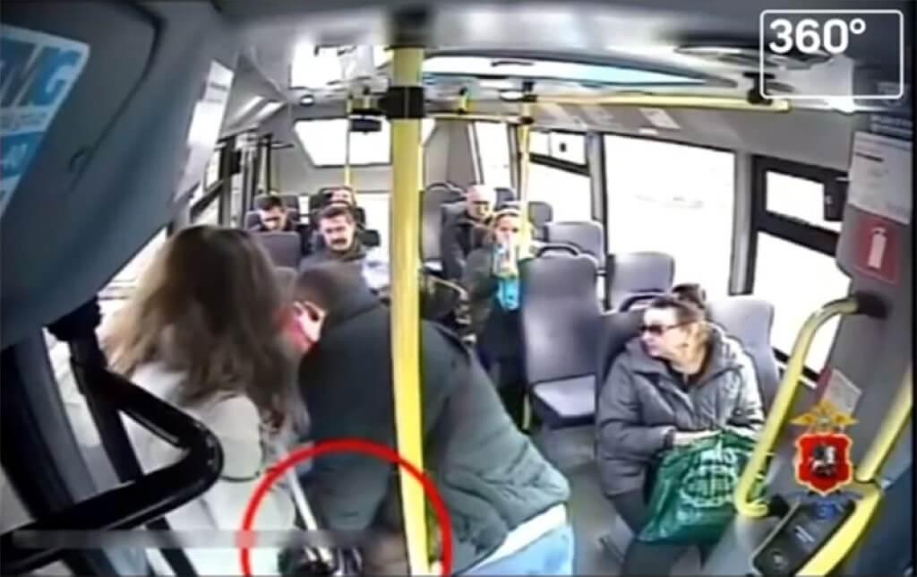 Подругу прямо в автобусе