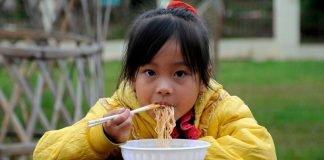Comer macarrão instantâneo