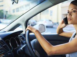 ffalar ao telemóvel com o carro parado