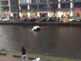 carro que estava a afundar num rio