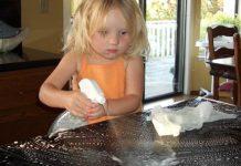 Crianças que apoiam nas tarefas domésticas