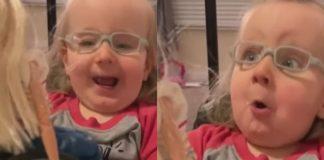 Menina em cadeira de rodas ganha barbie
